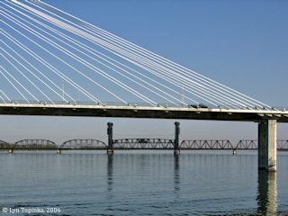Image, 2006, Pasco-Kennewick Railroad Bridge from Clover Island, Washington, click to enlarge